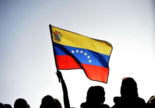 Des militants soutiennent le président vénézuélien, Nicolas Maduro, lors d'un meeting à Caracas, le 8 mars.