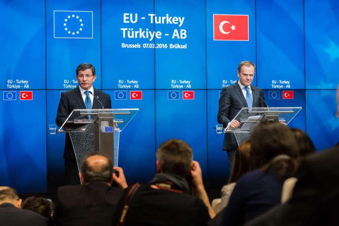 A gauche, le premier ministre turc, Ahmet Davutoglu ; à droite, le président du Conseil européen, Donald Tusk, le 8 mars 2016.