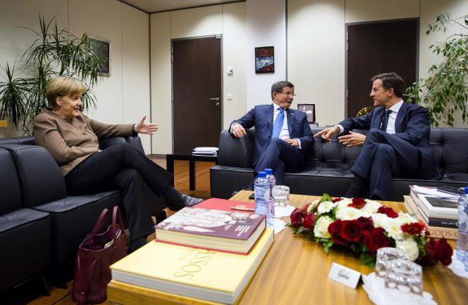 Angela Merkel avec le premier ministre turc Ahmet Davutoglu et le premier ministre néerlandais Mark Rutte à Bruxelles le 6 mars 2016.