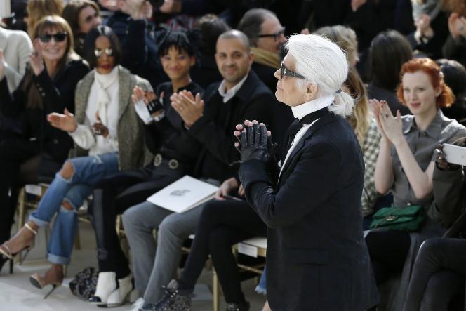Karl Lagerfeld lors du final du défilé printemps-automne Chanel, le Mars 8 2016. Le designer allemand signe douze collections par an.