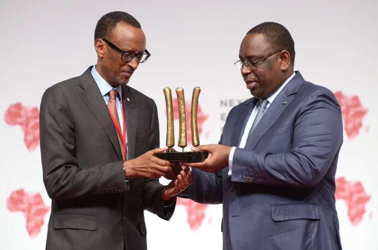 Au Next Einstein Forum à Dakar, le 8 mars 2016, Paul Kagamé reçoit des mains du président sénégalais Macky Sall une reproduction de l'os d'Ishango, datant de 20 000 ans, l'un des plus vieux outils mathématiques de l'humanité.
