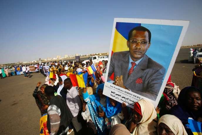 Des Soudanais attendent le président tchadien Idriss Déby Itno à l'aéroport de Khartoum, le 8 mars 2016.