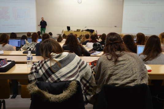 Des étudiantes prennent des notes pendant un cours de psychologie du développement en première année de licence de psychologie à l'université de Tours, campus des Tanneurs, le29février 2016.