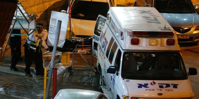 Des secours israéliens interviennent sur le lieu de l'attaque survenue à Jérusalem-Est le 8 mars 2016.