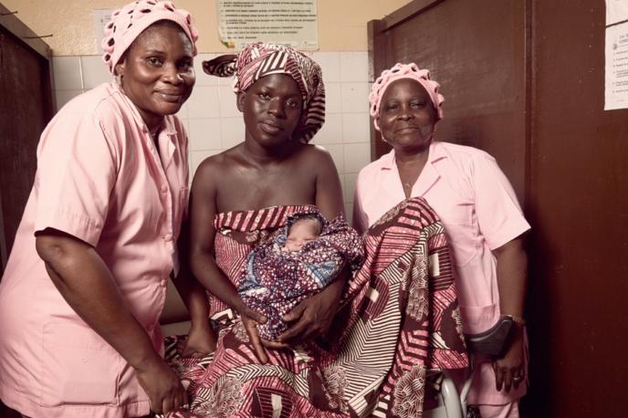 Blanche Waouwa, 41 ans (à droite) et Pulchérie Oza, 57 ans (à gauche) sont sages-femmes à l'hôpital de Zone de Lokossa au sud-ouest du Bénin. Cette image est issue du travail de Stéphan Gladieu pour mettre en images les femmes concernées par les programmes de la Banque mondiale. Il a voyagé pour cela en 2015  en Ouganda, Ethiopie, Niger, Bénin et Togo.