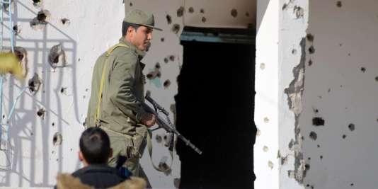 Un membre des forces spéciales tunisiennes inspecte une maison le 8 mars 2016 à Ben Guerdane, près de la frontière avec la Libye, après l'attaque lundi de djihadistes.