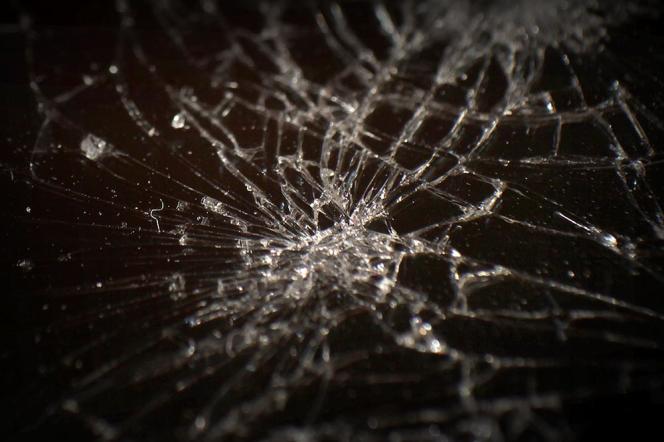 La vitre d'un smartphone cassé dans une boutique de réparation.