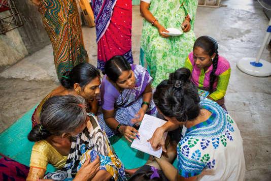 """Les femmes au foyer de Dharavi compilant les recettes pour l'ouvrage """"The Indecisive Chicken""""."""