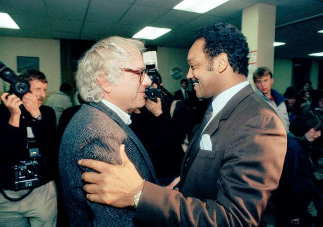 Militant des droits civiques, Bernie Sanders soutient la candidature de Jesse Jackson aux présidentielles de 1984 et 1988 (ici, en 1988, avec Jesse Jackson à Montpelier, dans le Vermont).