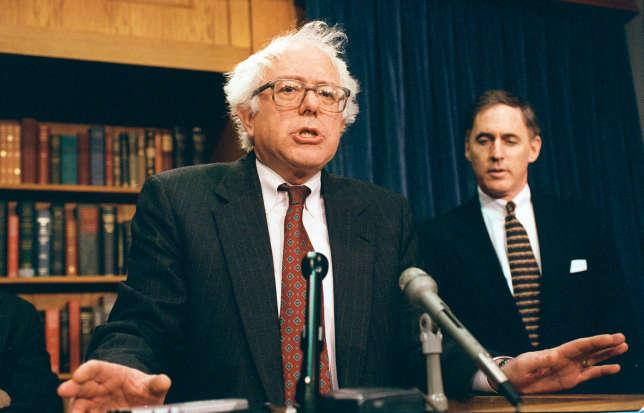 Bernie Sanders en 1998, lors d'une conférence de presse où il s'oppose au Fonds monétaire international.