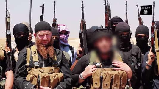 Omar Al-Chichani (à gauche avec la barde rousse) est considéré comme le plus haut responsable militaire de l'organisation djihadiste Etat islamique. Il pourrait avoir été tué dans un raid aérien le 4 mars.