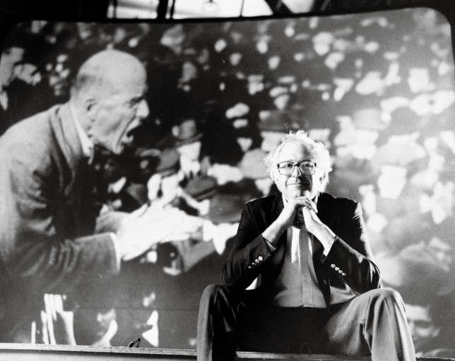 Bernie Sanders devant une photo de son mentor, le syndicaliste et leader socialiste Eugene Victor Debs (1855-1926), auquel il consacre un documentaire en 1979.