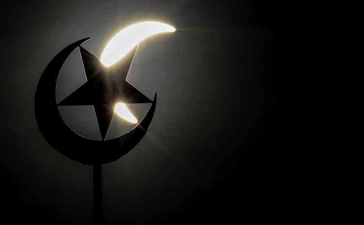 """""""Notre prophète Mahomet a dit que la prière signifiait la grandeur d'Allah, qui a créé ce phénomène merveilleux"""", a déclaré Ma'ruf Amin, directeur du Conseil des oulémas, la plus haute instance religieuse d'Indonésie."""