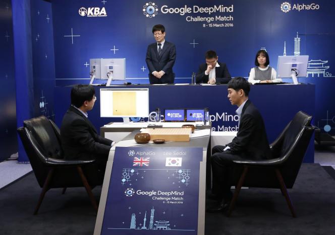 Lee Sedol, à droite, lors du premier match l'opposant à Alphago, le 9 mars.