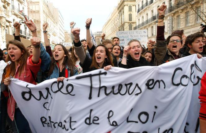 Des lycéens pendant la manifestation contre la loi du travail à Marseille, le 9 mars 2016.