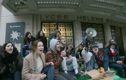 Devant le lycée Hélène Boucher, à Paris, mercredi matin.