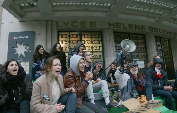 Des jeunes bloquent l'entrée du lycée Hélène-Boucher, dans le 20e arrondissement de Paris, lors d'une journée de mobilisation contre le projet de loi travail, le 9 mars.