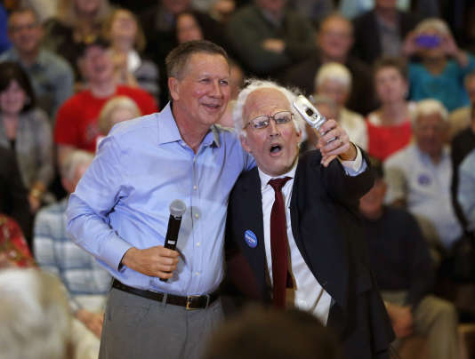 Le gouverneur de l'Ohio, John Kasich , candidat à la primaire républicaine, pose avec un sosie de Bernie Sanders, à l'issue d'un meeting, mercredi 9 mars, à Palatine, dans  l'Illinois.