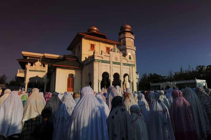 Rassemblement devant la mosquée de Ulee Lheue à Banda Aceh (Indonésie) pendant une éclipse solaire, le 9 mars.