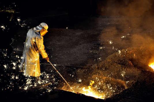 Un ouvrier d'ArcelorMittal à Grande-Synthe, dans le nord de la France, le 22 avril 2013.