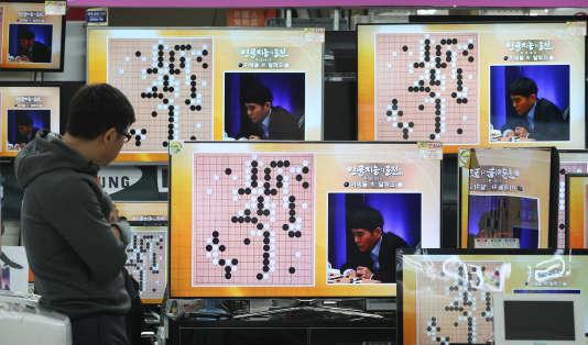 Ecrans de télé retransmettant le match de Lee Sedol contre la machine, à Séoul, le 9 mars 2016.