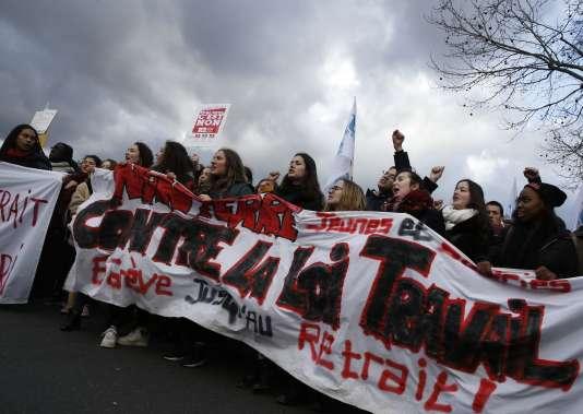 Des manifestants dans les rues de Paris, le 9 mars 2016.