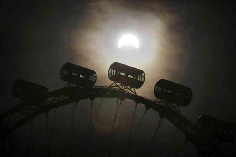 L'éclipse totale s'est ensuite poursuivie dans le Pacifique, tandis que des éclipses partielles étaient également visibles dans le nord de l'Australie et dans certains pays d'Asie du Sud-Est, comme Singapour.