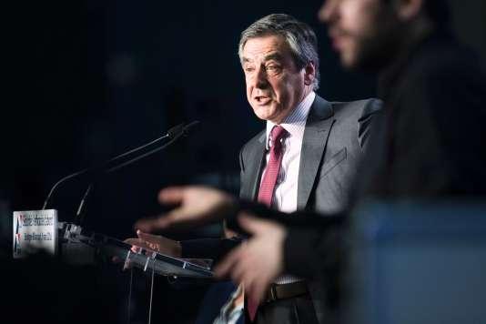 """Pour le député LR François Fillon, la nouvelle version du projet de loi travail a été écrite """"sous la pression des organisations les plus conservatrices""""."""