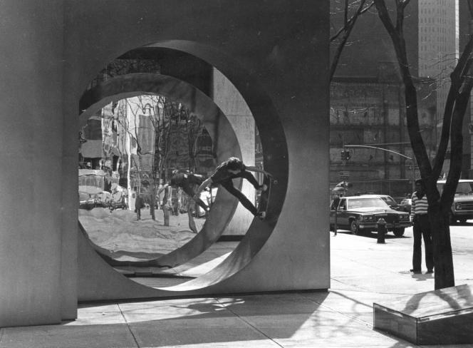 En avril 1983, le skater Rodney Harriman investit la sculpture