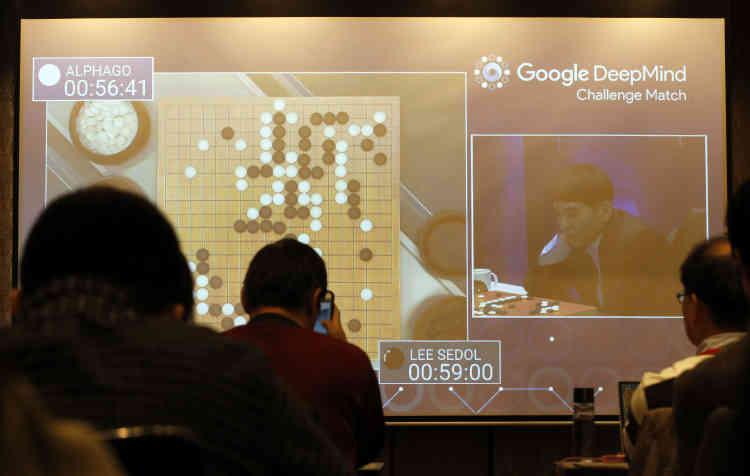 <b>C'est quoi ?</b> Entreprise spécialisée dans l'intelligence artificielle rachetée par Google en 2014, DeepMind est le spécialiste mondial du deep learning, l'apprentissage automatisé par réseaux neuronaux. <br><b>Où en est l'idée ?</b> Les technologies de DeepMind sont d'ores et déjà utilisées pour de nombreux projets, qui vont de la démonstration de force –comme lorsqu'un logiciel de l'entreprise a battu l'un des tout meilleurs joueurs de go– à des cas plus pratiques, comme l'analyse de photos ou de données médicales pour le compte de Google.