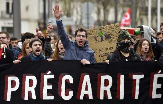 """Des manifestants portent une pancarte """"Précarité"""" lors de la manifestation contre le projet de loi El Khomri, le 9 mars à Nantes."""