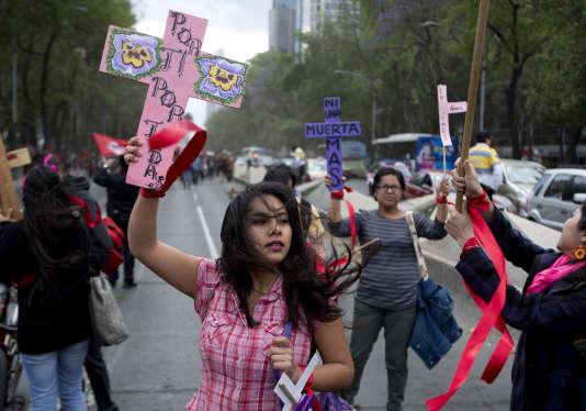 Lors d'une manifestation contre les violences faites aux femmes, le 8 mars, à Mexico.