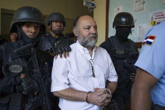 Le Français Christophe Naudin arrive escorté au tribunal de Saint-Domingue, le 8mars.
