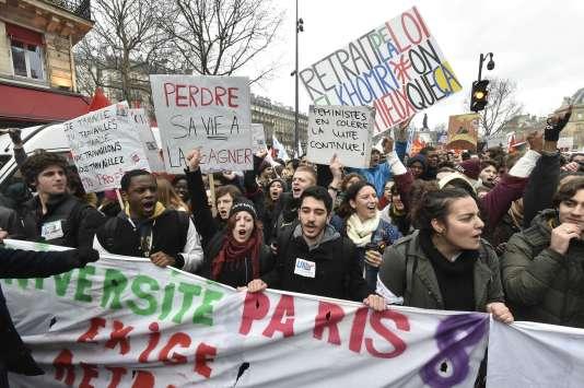 Des étudiants de Paris-VIII, dans la manifestation contre l'avant-projet de loi El Khomri, à Paris, le 9 mars.