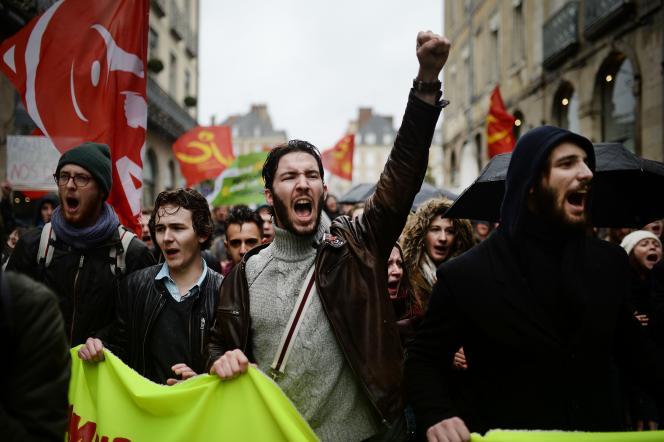 Des manifestants marchant contre la loi du travail à Rennes, le 9 mars 2016.