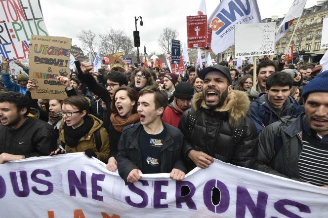 Des étudiants manifestant contre la loi du travail, Place de la République à Paris, le 9 mars 2016.