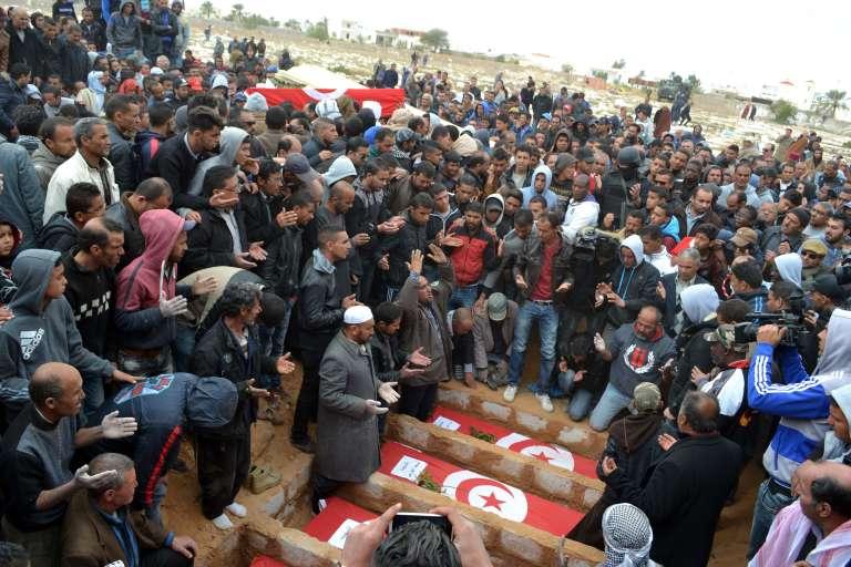 A Ben Gardane, le 9 mars 2016, funérailles des douze Tunisiens tués lors des l'attaque des djihadistes de l'Etat islamique l'avant-veille.