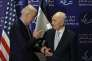 Rencontre entre le secrétaire d'Etat américain, Joe Biden, et l'ancien président israélien Shimon Pérès, à Tel-Aviv, le 8 mars.