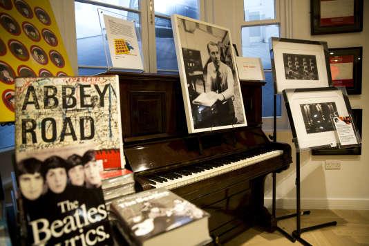 Les studios londoniens d'Abbey Road, où les Beatles ont enregistré leurs albums, ont  installé dans leur boutique une photographie de George Martin, le producteur mythique du groupe, disparu le 9 mars 2015.