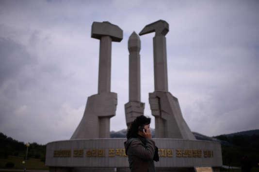 Devant le monument célébrant la fondation du Parti du travail de Corée, fondé par Kim Il-sung en 1946, le 11 octobre 2015.