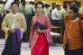 La dirigeante de l'opposition birmane, Aung San Suu Kyi, quitte une session à la chambre basse du Parlement aux côtés d'autres membres de son parti, la Ligue nationale pour la démocratie (LND), à Naypyidaw, lundi 1er février.