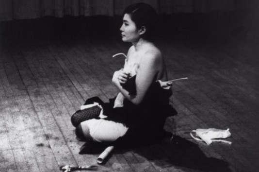 « Cut Piece », 1965 – Performance au Carnegie Recital Hall, 21 mars 1965.