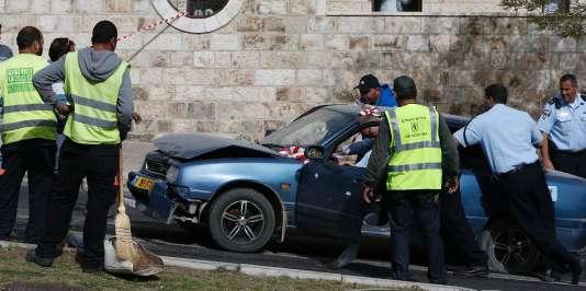 Les forces de sécurité israéliennes interviennent sur la scène de l'attaque survenue à Jérusalem le 9 mars 2016.