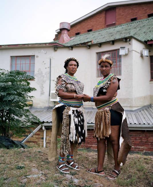 """Série """"Léopard"""", d'Emilie Régnier. Deux Sud-Africaines à Durban (province su KwaZulu-Natal), lors d'un rassemblement zoulou."""