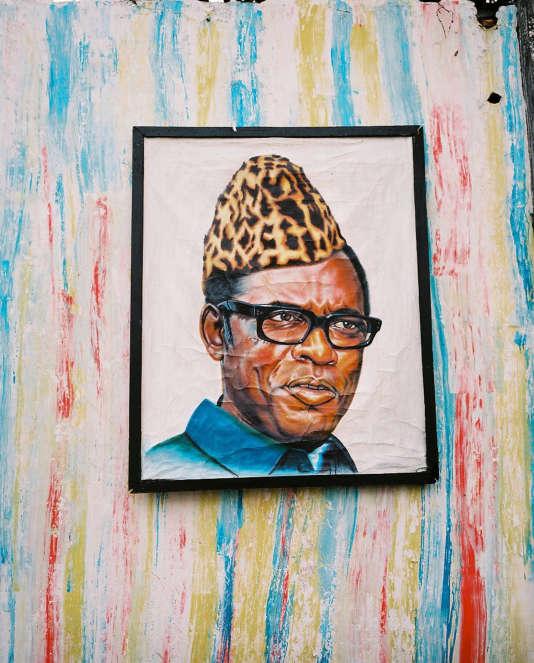 """Série """"Léopard"""" d'Emilie Régnier. Portrait de l'ex-président Mobutu accroché dans une rue de Kinshasa (RDC)."""