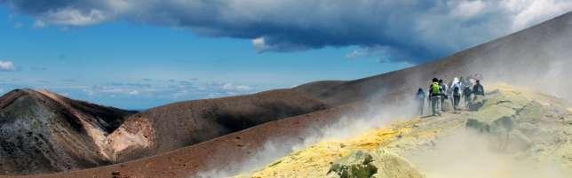 Des fumerolles s'échappent du cratère de la Fossa, sur l'île de Vulcano.