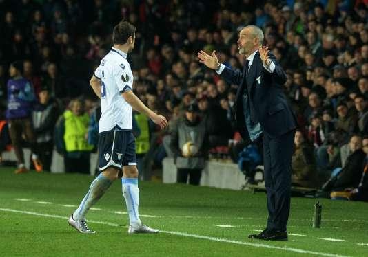 A droite, Stefano Pioli, l'entraîneur de la Lazio, lors du match contre le Sparta Prague, dans la capitale tchèque le 10 mars.