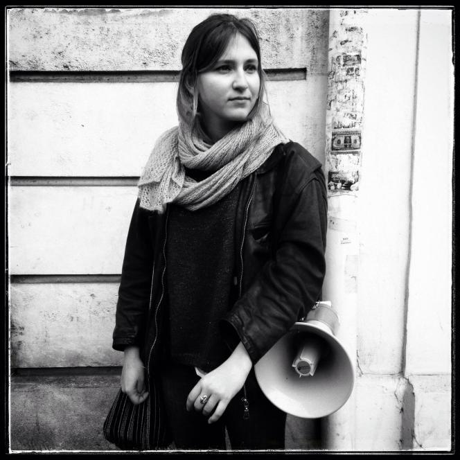 Emma, lycéenne de 17 ans,  dans le cortège de la manifestation contre l'avant-projet de