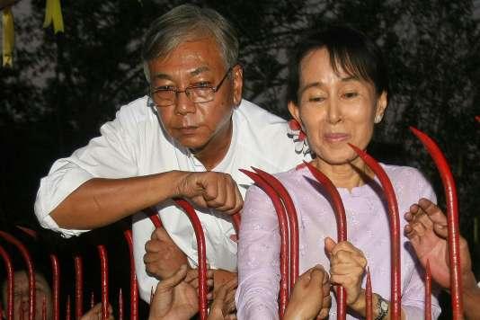Htin Kyaw et Aung San Suu Kyi lors de la libération de l'opposante birmane, le 13 novembre 2010 à Rangoun.