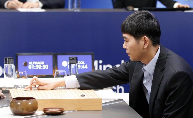 Lee Sedol joue son premier coup, le 10 mars, lors de son second match contre Alphago.